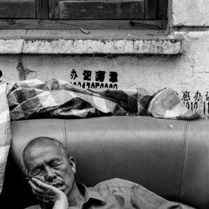 ソファで寝る男