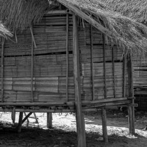 小屋の脇に立つ男の子