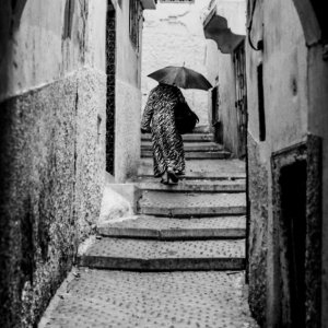路地を歩く女