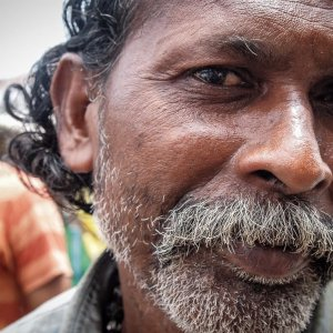 ふさふさの口髭を蓄えた男