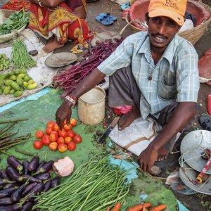 野菜を売る男