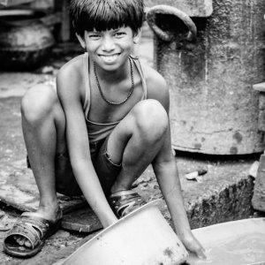 鍋を洗う男の子