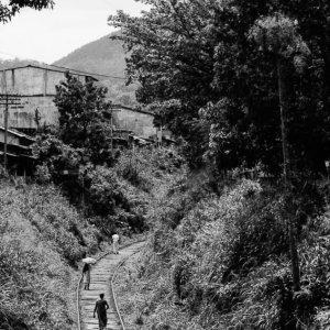 線路の上の人影