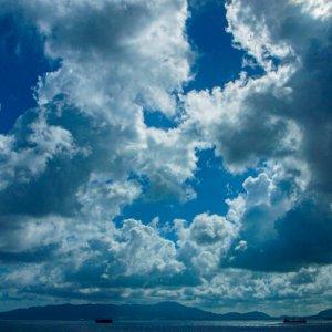 雲の下の貨物船