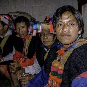 民族衣装を纏った男たち