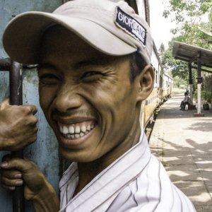 列車に乗っていた男の笑み