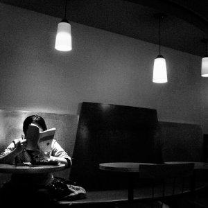 喫茶店で勉強する女