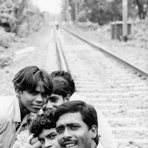 線路の上で寛いでいる男たち