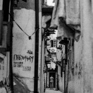 路地の人影