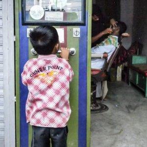 体重計に見入る男の子