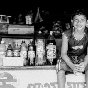 ペットボトルの横に腰掛ける男の子