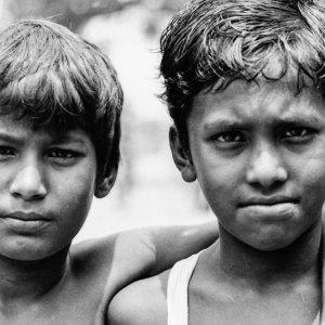 険しい顔の男の子たち