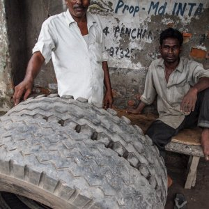 男と大きなタイヤ