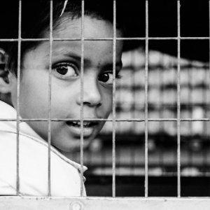 檻の中の男の子