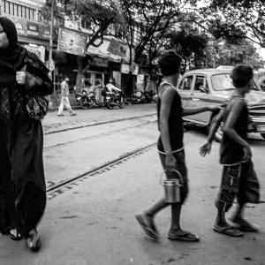 道路を横断したムスリム女性と男の子