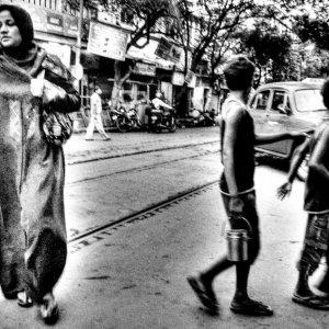 道路を横断する女性と男の子