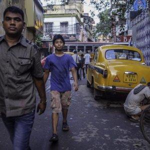 コルカタの路地を歩く男たち