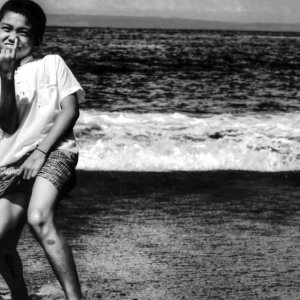 波打ち際でポーズを決める男の子
