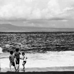 波打ち際で遊んでいた子どもたち