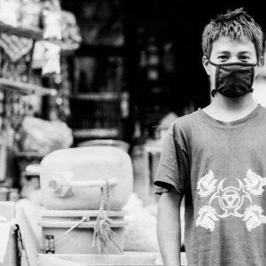 マスクをした青年
