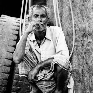 煙草を吹かす男