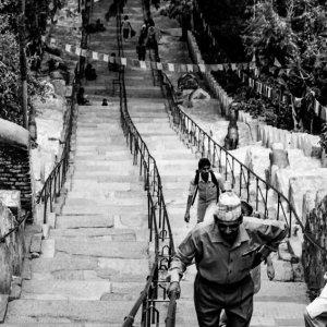 急な階段を登る男