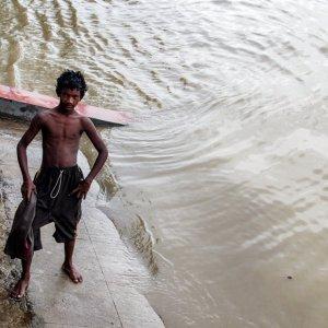 フーグリ川の水辺に立つ若者