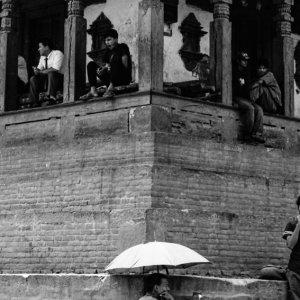 日傘の下で働く男