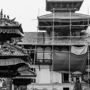 ヒンドゥー教寺院の前の子ども