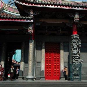 行天宮の赤い扉