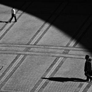 広場を歩く人影