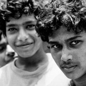 三人の若者の視線