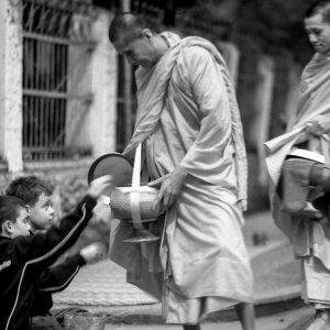 托鉢を受ける年配の僧侶