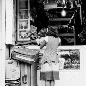 買い物中の女の子