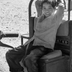 トラクターの上に腰掛けた男の子