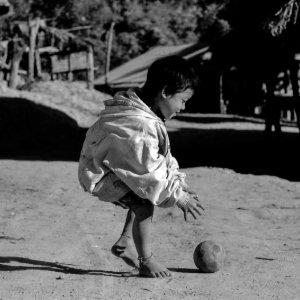 ボール遊びをする男の子
