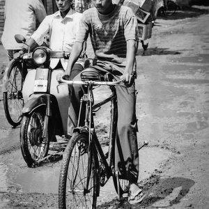 自転車に乗った若者