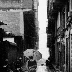 豪雨の中を歩く女