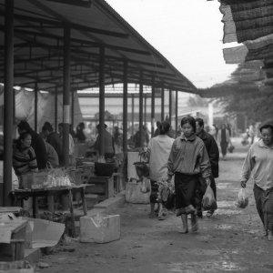 市場を歩く二人の女