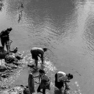 川辺の女たち