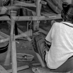 糸を紡ぐ女