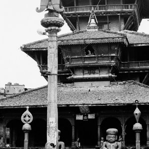ヒンドゥー教寺院の前の女
