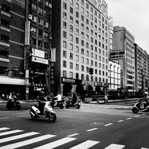 道の向こうに見える台北101