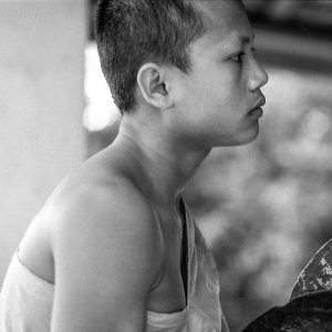 鐃鈸を鳴らす若い僧侶
