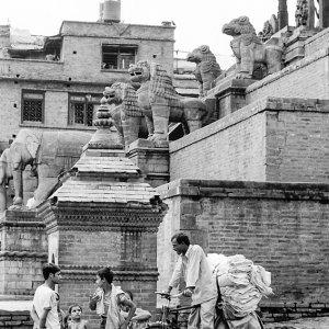 ニャタポラ寺院の横で立ち話していた人びと