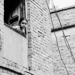 窓から身を乗り出す女の子