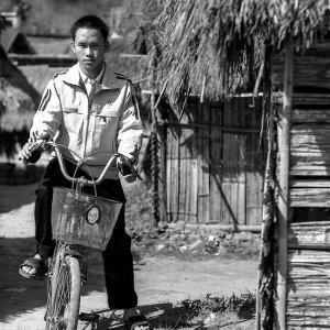 自転車に跨った若者