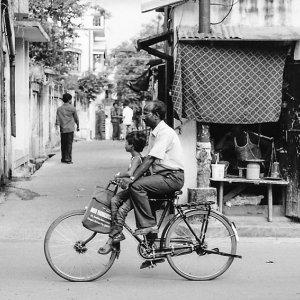 自転車に乗った親子