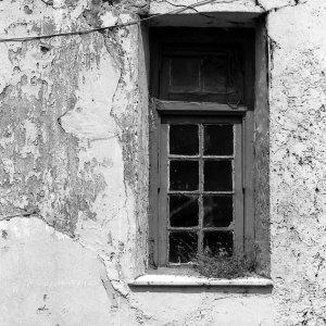 ボロボロの壁の窓