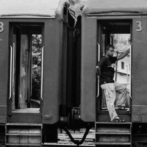 乗降口の男